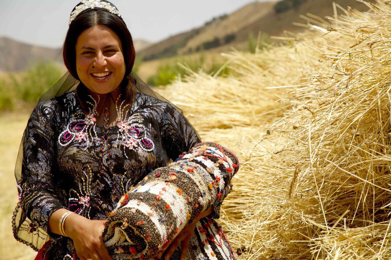 A Ghashgha'i woman holding a jajim. | Image courtesy of Reza Zollanvari.